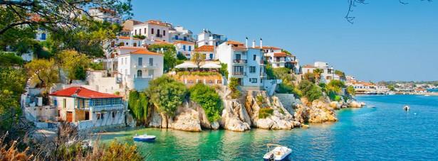 10. miejsce - Skiathos - wyspa w zachodniej części Morza Egejskiego, w archipelagu Sporadów Północnych. Jedną z atrakcji wyspy Skiathos jest plaża Koukounaries, na której piasek odbija promienie słoneczne dzięki zawartej w nim mice.