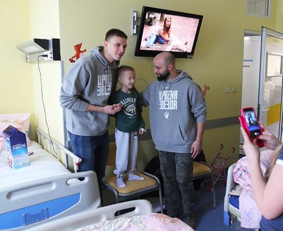 Radanov i Čović su se družili sa mališanima na odeljenju za dečju onkologiju