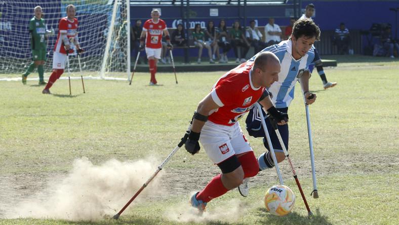 Reprezentacja Polski w ampfutbolu pokonała 5 bm. w meksykańskim mieście Culiacan faworyzowaną Argentynę 2:1 i awansowała do półfinału piłkarskich mistrzostw świata osób po amputacjach.