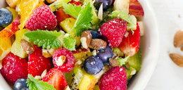 Sałatki na lato: do pracy, do grilla, warzywne, owocowe i fit