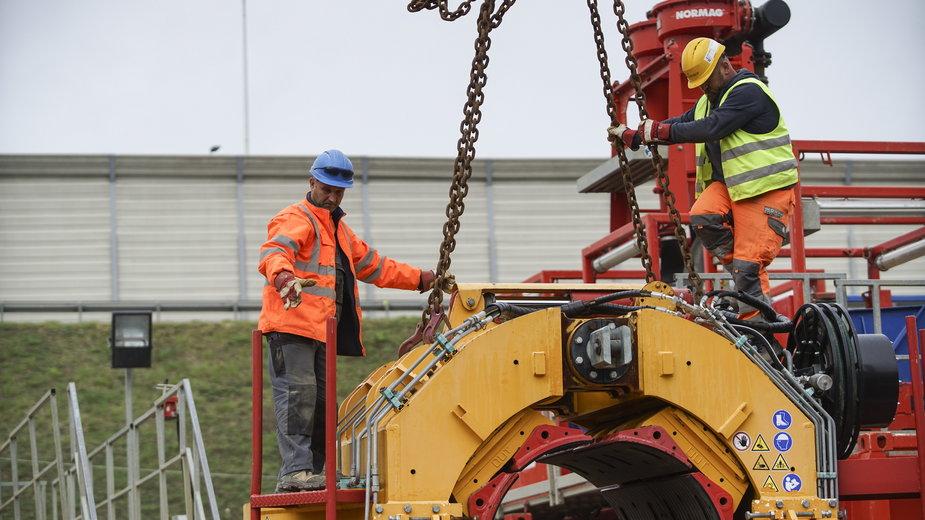 Elementy maszyny drążącej już na placu budowy nowego rurociągu pod dnem Wisły