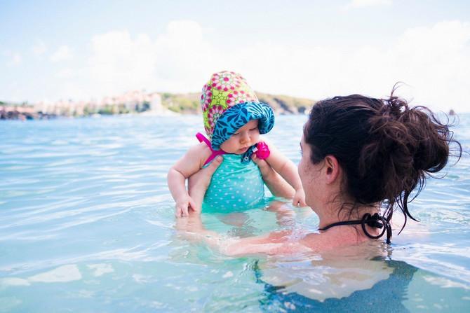 Bebe uživaju u kupanju u moru