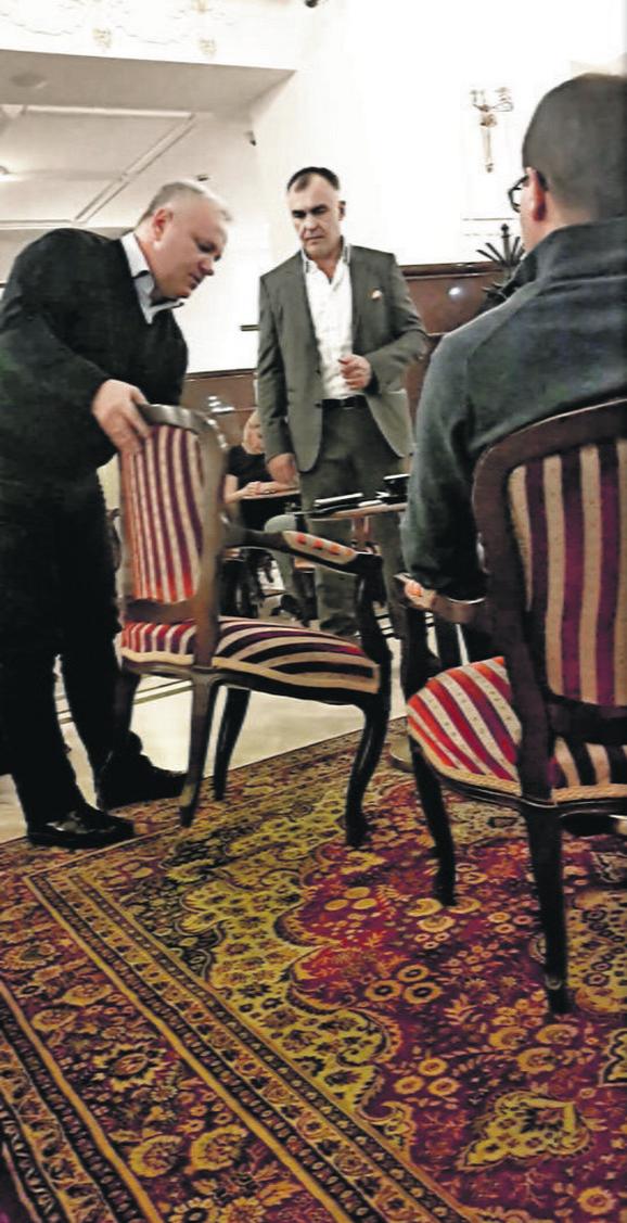 Zbogom: Dinkić je na kraju uz pomoć osoblja napustio Dragićev hotel
