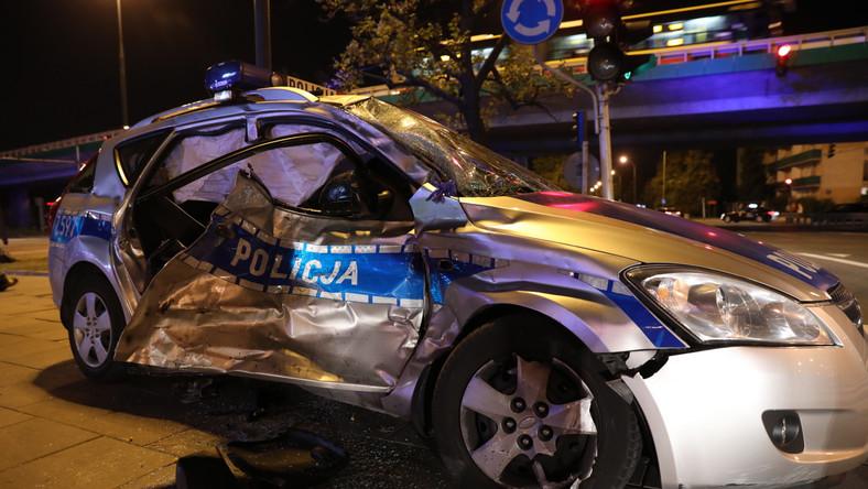 Jak poinformował rzecznik KSP Sylwester Marczak, w bok radiowozu policyjnego, który jechał na czele kolumny, uderzył samochód marki Iveco, zepchnął policyjny wóz na pobocze, następnie na pas zieleni, a potem na chodnik, gdzie samochód potrącił znajdującą się tam osobę. Do szpitala trafili dwaj policjanci z radiowozu, potrącony pieszy i jedna osoba z iveco.