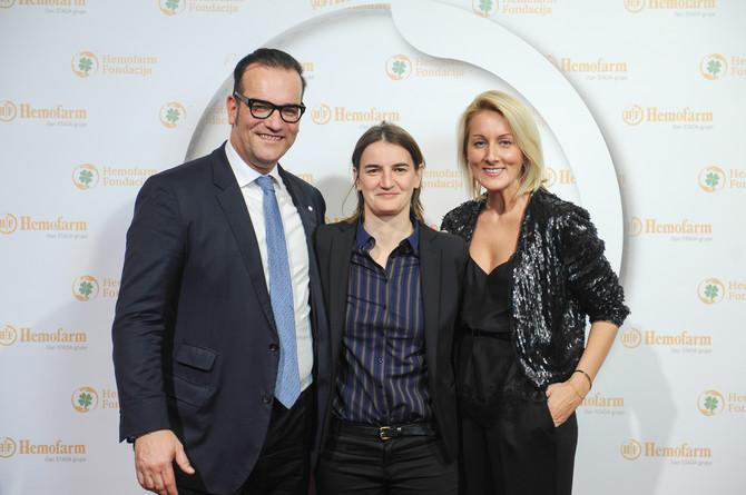 Direktorka Hemofarm fondacije, Suzana Dorđevic (desno ) sa ministarkom lokalne samouprave Anom Brnabić (u sredini ) i Ronaldom Zelingerom