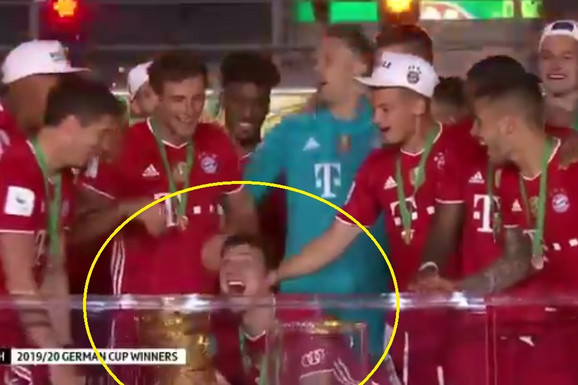 URNEBESNA SCENA NA BAJERNOVOJ PROSLAVI TROFEJA Svi su gledali šta fudbaler Bajerna radi sa PEHAROM na ceremoniji, i čudili se /VIDEO/