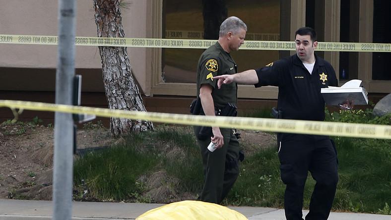 Pierwsze morderstwo miało miejsce niedaleko miejscowości Mission Viejo, gdzie policja znalazła martwą kobietę. Świadkowie opisali sprawcę jako dwudziestokilkuletniego mężczyznę, który odjechał czarnym samochodem typu SUV