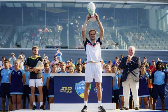 Danil Medvedev sa trofejom turnira u Sinsinatiju