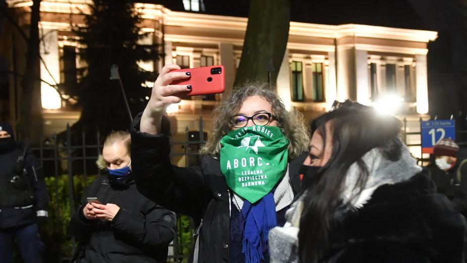 Publikacja wyroku TK dot. aborcji wywołały protesty, nz. Marta Lempart przed budynkiem Trybunału