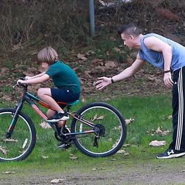 Colin Farrell uczy Henry'ego Tadeusza jazdy na rowerze. Z jakim skutkiem?