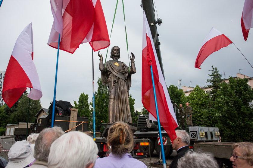 Gigantyczny Jezus eskortowany przez wojsko. Stanął nielegalnie
