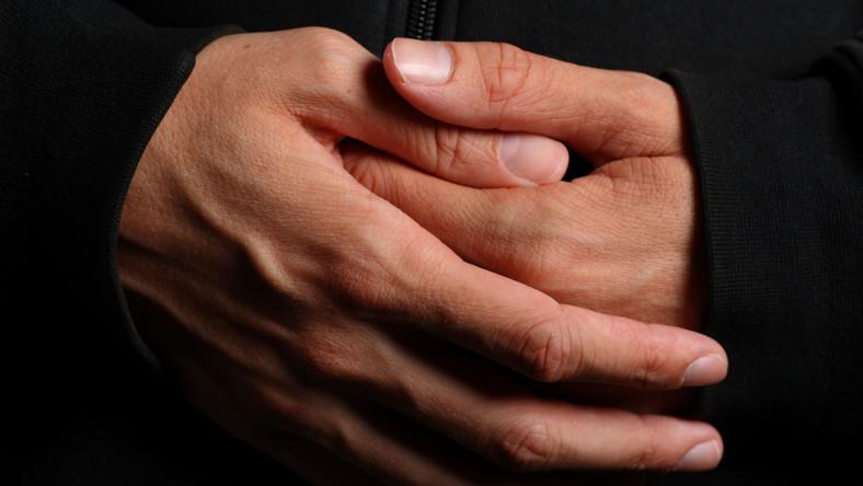 mnich klasztor dłonie