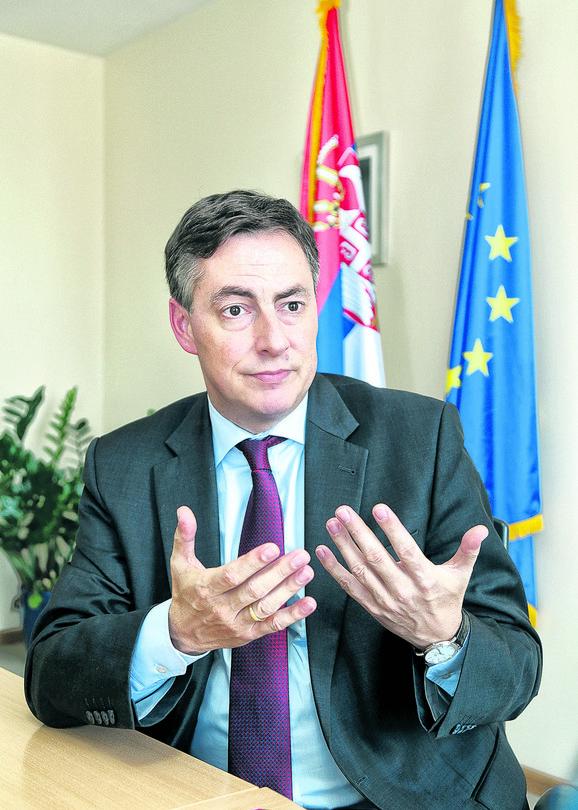 Mekalister ističe da je EP voljna da posreduje u pregovorima