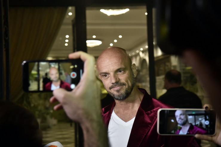 Boban Rajović pevao pred punim klubom, a onda se usred nastupa desila NEOČEKIVANA SITUACIJA (VIDEO)