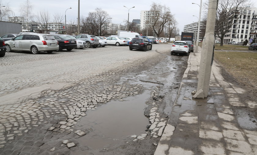 Dziurawa ulica na Odolanach.
