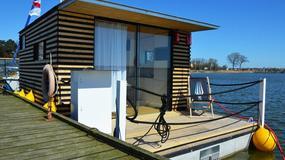 Noclegi w... domkach pływających na jeziorze blisko morza