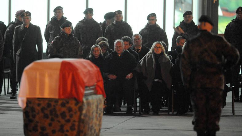 Trumny poległych żołnierzy na lotnisku w Balicach
