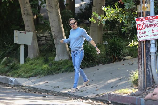 Dženifer ispred Bredlijeve kuće