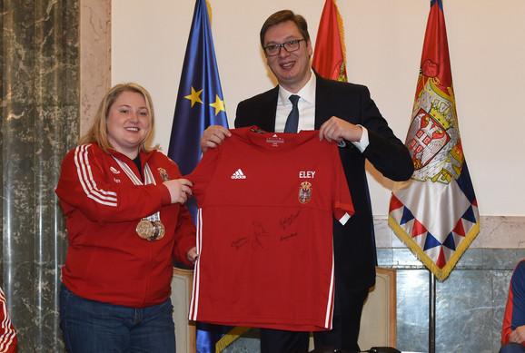 Zorana Arunović je predsedniku Srbije uručila dres