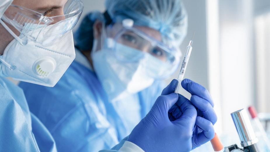 Koronawirus. Zmarł uczestnik badań klinicznych szczepionki na COVID-19
