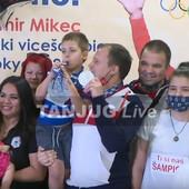 Milica, Tijana i Damir STIGLI U SRBIJU! Ludnica na aerodromu, veliki broj ljudi dočekao osvajače olimpijskih medalja - muzika, baloni, transparenti... /VIDEO/