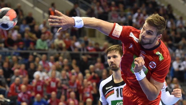 Niemiec Fabian Wiede i Norweg Bjarte Myrhol (P) podczas meczu Niemcy - Norwegia w półfinale Mistrzostw Europy piłkarzy ręcznych