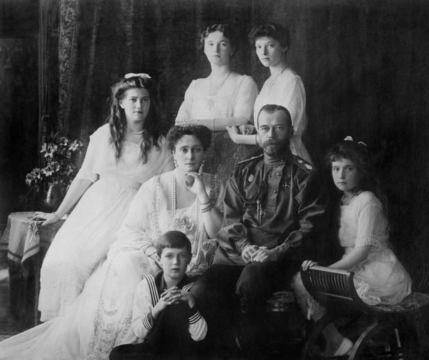 Car Mikołaj II z żoną i dziećmi. W nocy z 16 na 17 lipca 1917 roku bolszewicy rozstrzelali w podziemiach domu kupca Ipatiewa Mikołaja II, jego żonę Aleksandrę, ich pięcioro dzieci, a także lekarza, lokaja, służącą i kucharza rodziny carskiej.