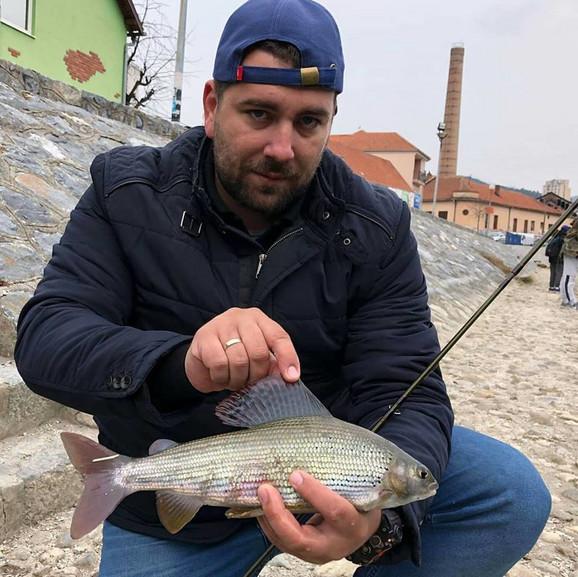 Ribolovac Ivan Bakić sa prelepim primerkom lipljena