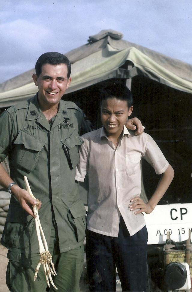 Hung sa doktorom u januaru 1967. ispred vojne bolnice u orkugu Pu Kat, u centralnoj obalskoj pokrajini Bin Din u bivšem južnom Vijetnamu