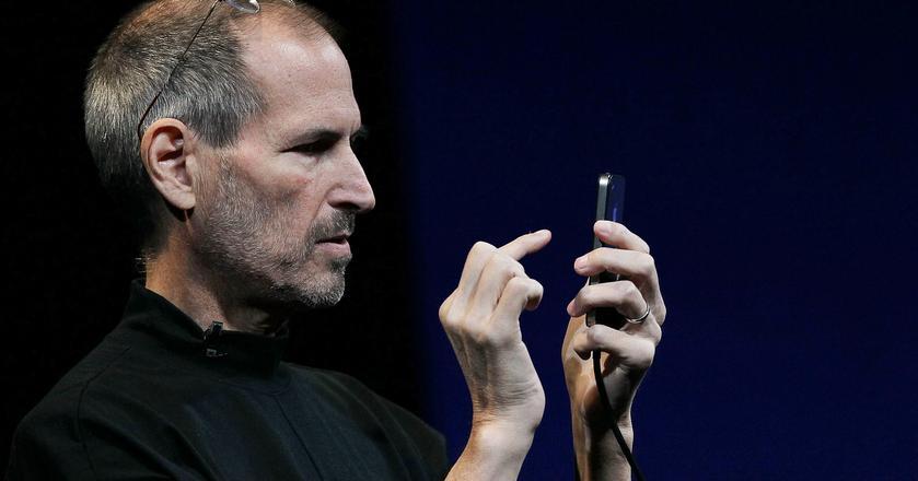 Steve Jobs, współzałożyciel i były prezes Apple w trakcie premiery jednej z wersji iPhone'a