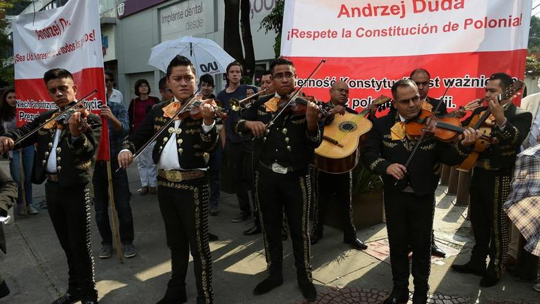 """Prezydentowi klucz przekazał prezydent Miasta Meksyk Miguel Angel Mancera. """"Przyjmuję, że na moje ręce zostały przekazane klucze do Mexico City dla Polaków, dla przedstawicieli polskiego biznesu, działaczy i polityków samorządów lokalnych, miejskich"""" – powiedział Duda. Prezydent podkreślił, że jest pod wrażeniem ogromnego, tętniącego życiem miasta, które z aglomeracją według niektórych ocen liczy nawet 28 milionów mieszkańców. """"Jestem pełen podziwu dla władz, co do umiejętności zarządzania tak wielkim organizmem miejskim"""" – dodał Duda."""