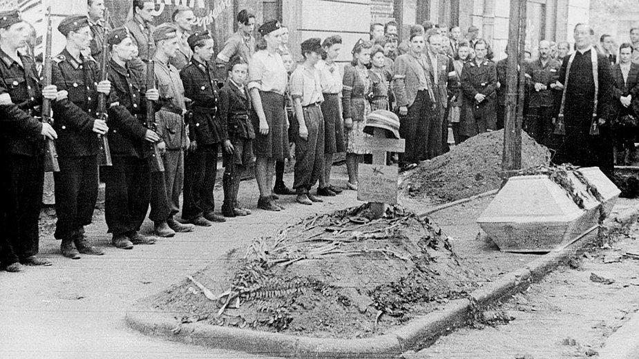 Pogrzeb powstańca w 1944 roku. W powstaniu zginęło nawet 180 tys. ludzi, a miasto uległo zniszczeniu.