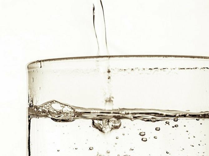 Tri nedelje sam svakog dana pila 4 litra vode: Ovo su rezultati i ZAPANJIĆE VAS