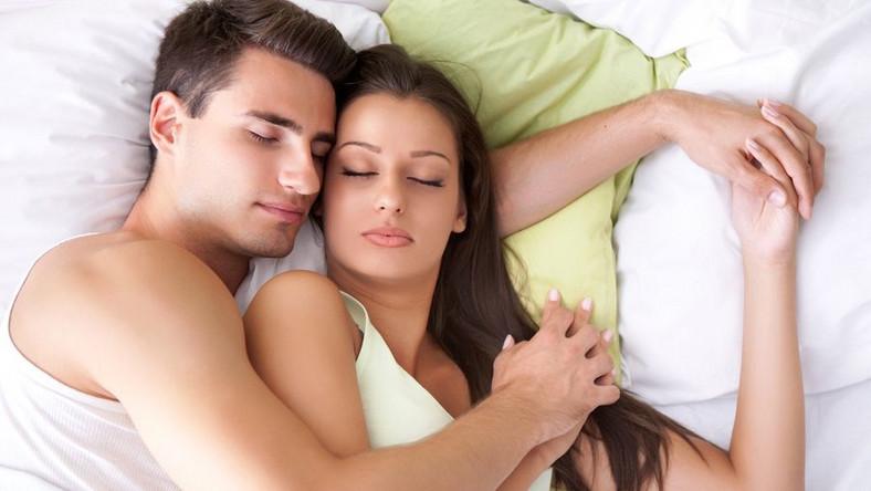 Panie wolą spać po prawej stronie łóżka, a mężczyźni po lewej