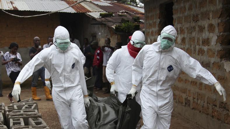 Liberia. Sanitariusze niosą ciało ofiary wirusa Ebola