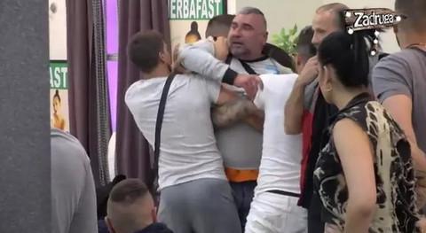 HAOS ZBOG PROSTITUCIJE: Miki nasrnuo na Aleksandru Subotić, opkolili ga i izveli napolje!