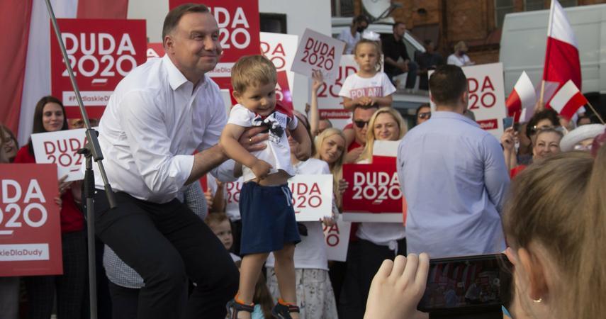 """""""Financial Times"""": wybory w Polsce wygrywa """"pobożny katolik"""". Naród pozostaje głęboko podzielony"""