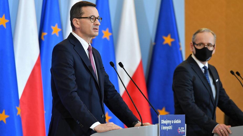 Premier Mateusz Morawiecki i minister zdrowia Adam Niedzielski podczas konferencji prasowej w KPRM w Warszawie