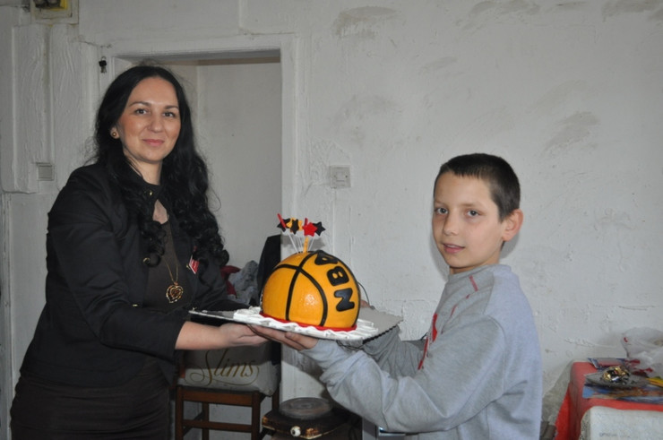 Bo03 Danijela Caranovic iz Tekijanke daje Mihajlu Djordjevicu rodjendansku tortu foto D.kecic