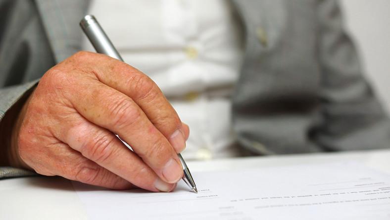 senior, dokument, pismo Fot. Shutterstock