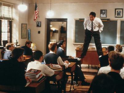 """Zostawmy na chwilę reformy edukacji i kwestię płac i opowiedzmy trochę o jasnych stronach nauczycielskiej codzienności (na zdjęciu: kadr z filmu """"Stowarzyszenie umarłych poetów"""")"""