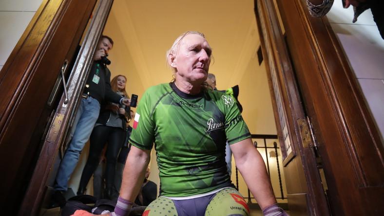 """Po zejściu z 30. piętra Jarzębski przyznał w rozmowie z dziennikarzami, że trenował na swojej czteropiętrowej klatce schodowej. """"Zrobiłem coś poza swoją konkurencją - mam licencję jako kolarz"""" - powiedział."""