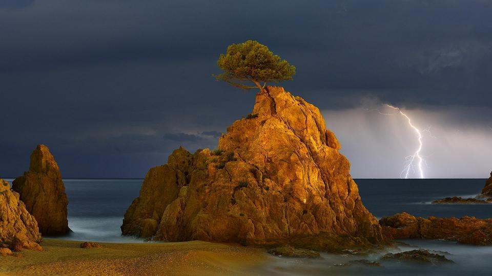 """Wyróżnienie: """"Sosna, skała, błyskawica"""", fot. Miguel Angel Artus Illana"""