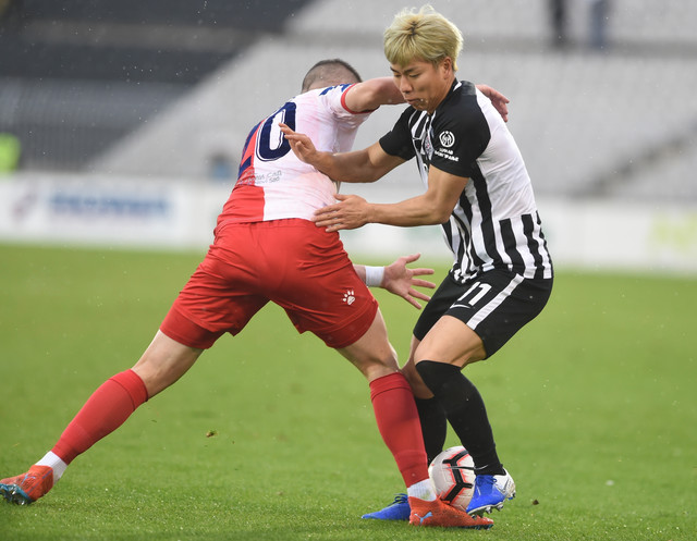 Asano u duelu sa igračem Vojvodine