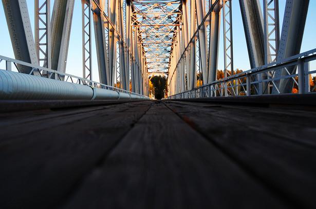 Badania mostów i ich elementów – przede wszystkim filarów – wykonuje się za pomocą urządzeń zwanych georadarami.