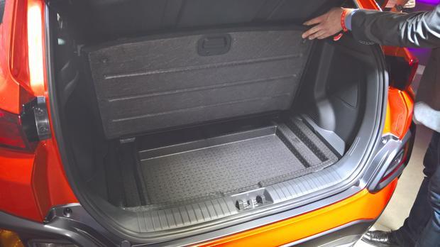 Pod podłogą bagażnika wygospodarowano miejsce na płaskie przedmioty. Kona