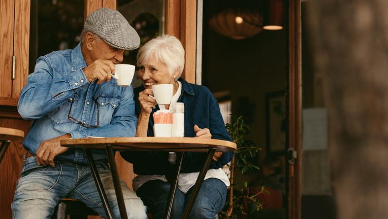 Kawa. Seniorzy w kawiarni.