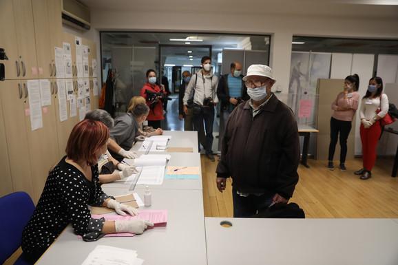 Prvi glasačai došli tačno u 7 časova na birališta