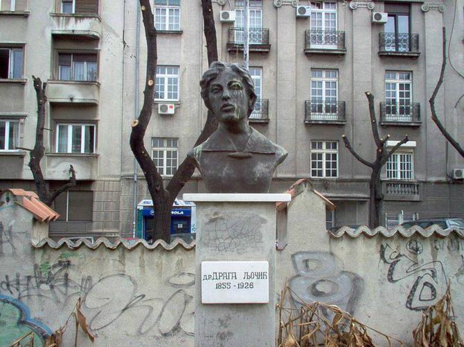Spomenik Dragi Ljočić u krugu bivše očne klinike u ulici DŽordža Vašingtona