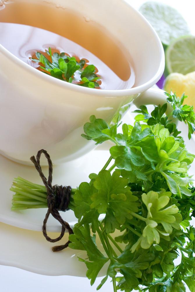 Čaj od peršuna pomaže da izgubite kilograme i izbacite vodu iz organizmu